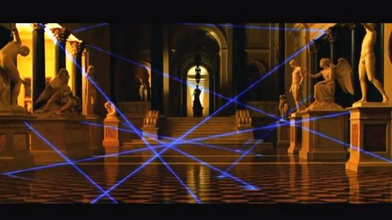 """Лазерните лъчи на охранителните системи са видими   В """"Бандата на Оушън 2"""" има знаменита сцена с актьора Венсан Касел, който благодарение на ловък и изкусен танц успява да прескочи лазерните лъчи на охранителната система и да открадне безценно яйце на Фаберже.   Такива охранителни системи съществуват, но не са особено често срещани. По-важното е, че лазерните лъчи са невидими с просто око."""