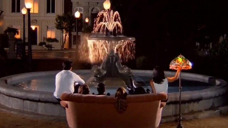 """7. """"Шапката"""" се оказва трудна за заснемане  Въпреки популярното схващане заставката на шоуто не е снимана в Сентръл парк, Ню Йорк, а в студиото на Warner Bros. в Бърбанк, Калифорния. Тъй като фонтанът се намира в натовареното филмово студио, единствената възможност да бъде заснета спокойно заставката е много рано сутринта – между 04,00 и 05,00 часа.   По време на снимките обаче времето в Калифорния е необичайно студено и водата във фонтана е ледена. Налага се тя да се загрява.  За капак, актьорите трябва да имитират, че пеят заглавната песен I'll Be There for You, но по онова време тя още не е записана."""