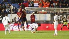 Кристиано Роналдо бележи от пряк свободен удар срещу Осасуна първия гол за успеха на Реал.