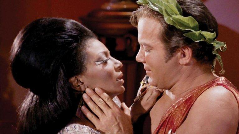 """Star Trek, 1968 Въпреки че има спорове по въпроса, приема се, че в епизода """"Plato`s Stepchildren"""" за първи път виждаме междурасова целувка на екрана. Става дума за целувката между Уилям Шатнър и тъмнокосата актриса Нишел Никълс. Тя събаря изкуствената бариера, която съществува към този момент в обществото по отношение на расовите теми. Е, двамата се целуват само защото извънземен ги кара да го направят, но да видиш бял мъж да целува тъмнокожа жена е революционно за телевизионния екран от 1968 година."""