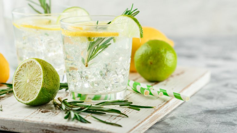 Джин Фис  Коктейлите с джин са си абсолютна лятна класика и Джин Фис не прави изключение. Трябват ви 50 мл. хубав джин, 30 мл. прясно изцеден лимонов сок, 10 мл. захарен сироп и газирана вода. Изсипвате в шейкър всичко без газираната вода, разклащате добре и наливате във висока чаша с лед. Доливате газирана вода, гарнирате с резенчета лимон или лайм и се наслаждавате.