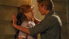 """Рейчъл МакАдамс и Райън Гослинг в """"Тетрадката""""  През 2004 г. режисьорът Ник Касаветис избира неизвестния млад Райън Гослинг да изиграе главния герой в предстоящия му филм, а за негова партньорка се спира на Рейчъл МакАдамс след изключителното й представяне на кастинга. И въпреки че актьорите в крайна сметка се влюбват и връзката им трае почти три години, по време на снимките нещата далеч не са толкова прекрасни. Даже в един момент Гослинг иска от режисьора да изхвърли Рейчъл от снимачната площадка.     """"Може би не трябва да разказвам тази история, но имаше един ден, в който те никак не се разбираха, никак"""", казва Касаветис пред VH1. """"И Райън дойде при мен, имаше 150 човека, защото снимахме голям епизод, и ми каза """"Можеш ли да я разкараш оттук и да доведеш друга актриса, която да ми чете репликите извън кадър?""""    Отидохме в една стая с тях двамата и с един от продуцентите, те започнаха да си крещят, а аз си излязох. Тогава още пушех, тъй че запалих цигара и след малко те излязоха и казаха """"Хайде да го направим"""". И знаете ли, след това нещата тръгнаха по-добре. Те някак си го изкараха... Мисля, че Райън я уважаваше, защото и тя показа твърд характер"""". Касаветис завършва с признанието, че останалата част от снимките не е минала без проблеми, но е била доста по-спокойна."""