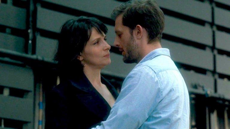 """""""Слънцето в нас"""" / Let the Sunshine In - 14 септември Една откровено ексцентрична (но и изтънчена) комедия за отношенията между хората и за любовта, която всички търсим с Жулиет Бинош в главната роля. Нейната героиня Изабел е художничка и наскоро разведена майка, която иска да сложи ред в живота си, докато бившият й съпруг постоянно се опитва да се събере с нея. Той обаче далеч не е единственият. Около нея се навъртат множество далеч от перфектните мъже: арогантен женен банкер, който обаче има афинитет към изкуството; красив театрален актьор, измъчван колкото от несигурността си, толкова и от алкохолизма; чувствителен художник с тежка фобия от сериозни връзки; и един обикновен сексапилен мъж, с когото обаче само танцуват в бара... След цялата тази любовна каша Изабел решава да потърси помощ от екстрасенс ( Жерар Депардийо)..."""