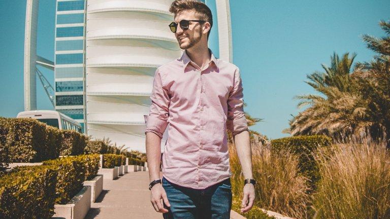 Риза   С навити ръкави за мъжете, с къси ръкави - за дамите. За предпочитане - от лен или чист памук и в светли, пастелни тонове. Абсолютна лятна класика, която няма да слезе от мода скоро, така че е добре да имате в гардероба поне две ефирни ризи.
