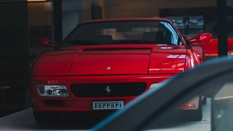 """Ferrari TestarossaМнозина я наричат """"Най-култовата кола на 80-те"""". Testarossa се появява в гангстерския епос """"Маями Вайс"""" и макар че там е в бял цвят, веднага се превръща в легенда. Дизайнът е на Pininfarina, a под капака се крият 390 конски сили, което прави автомобила най-бързата суперкола на своето време."""