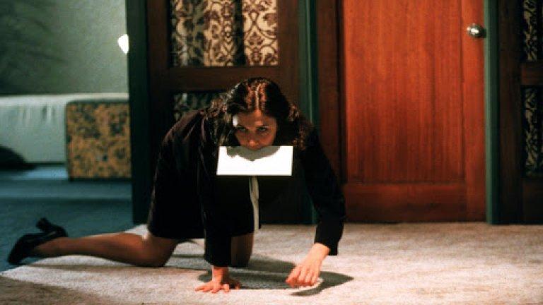 """""""Секретарката"""" Маги Джиленхол в """"Секретарката"""" е по-добрата Дакота Джонсън. Филмът на Стивън Шейнбърг е базиран на разказа """"Bad Behavior"""" от Мери Гейтскил и разказва историята на млада, психически нестабилна жена, която започва работа като секретарка при ексцентричен адвокат. Двамата се впускат в садомазохистична връзка, която подобрява психичното състояние на жената и завършва с брак. За ролята Джиленхол е номинирана за награда """"Златен глобус"""" за женска роля в комедия или мюзикъл."""