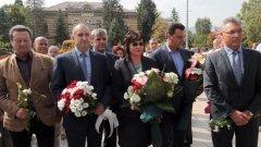 Заедно с Радев за първи път пред Паметника на незнайния воин на 9 септември беше и лидерът на социалистите Корнелия Нинова.