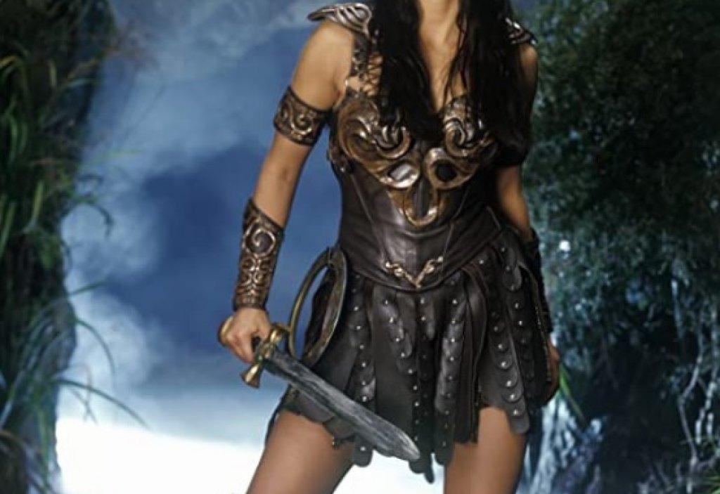 Зина: Принцесата - воин  Зина (в ролята - Луси Лоулес) е могъщ воин с покоряваща смелост и воля. Затова и решението да е облечена по този начин е меко казано озадачаващо. Освен че почти непрекъснато тя е с дълбоко деколте и къса препаска около бедрата, Лоулес често показва още повече кожа и човек започва да се чуди приключенски филм ли гледа, или без да иска е сменил на нещо за възрастни.