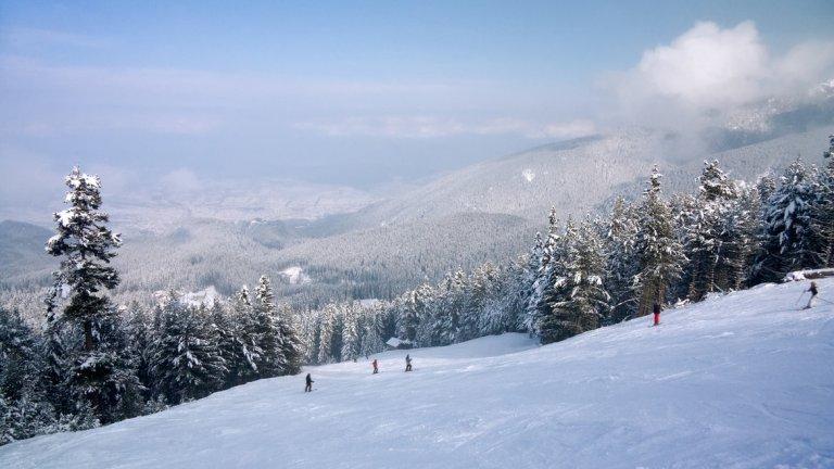 Градът се намира в подножието на Северен Пирин и е на 927 м надморска височина, затова снегът там няма да бърза да отстъпи, или поне не преди април. В курорта има 75 км ски трасета, както за начинаещи, така и за напреднали скиори и сноубордисти. Може да се насладите на зимни картини и от лифтовете – един кабинков и няколко седалкови.   В Банско от 2011 г. ежегодно се провежда кръг от Световната купа по ски алпийски дисциплини и една от причините е именно добре организираната инфраструктура за зимни спортове.   Ако обаче не карате ски, може само да се отбиете като част от маршрута на теснолинейката Септември – Добринище, пътуването с която е само по себе си преживяване.