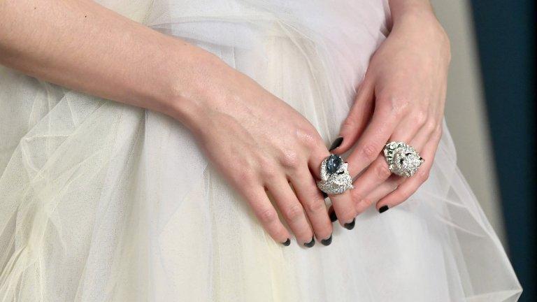"""""""Коктейлен"""" пръстен  Неслучайно този тип пръстени се наричат """"коктейлни"""" - предполага се, че ще ги носите за по-специален повод. Тази есен имате причина да изпъкнете с един такъв пръстен и в ежедневието си, просто защото са ужасно модерни и нашумели. Все пак модата е за смели момичета, нали така?"""