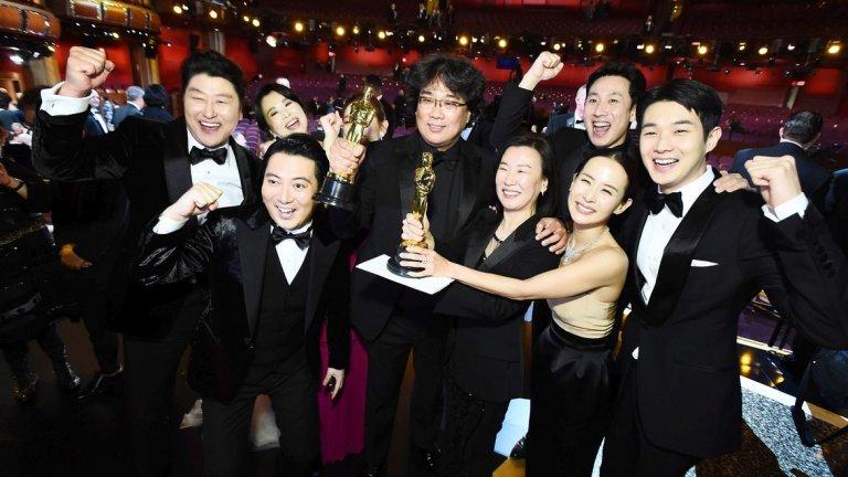 """""""Паразит"""" е първият чуждоезичен филм, който печели наградата за """"Най-добър филм""""  Южнокорейската история за четирима измамници, които се набутват в дома на богато семейство, наистина сътвори история. Най-големият фаворит за отличието беше военният епос """"1917"""" на Сам Мендес, но в крайна сметка творбата на Понг Джун Хо взе отличието."""