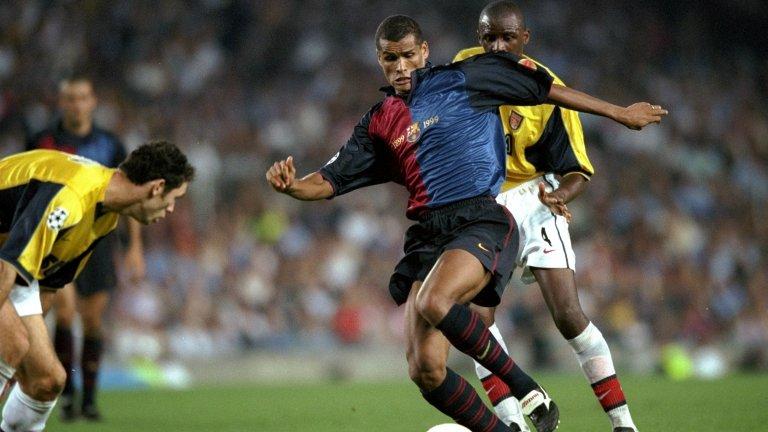 """6. Ривалдо  Юнайтед тъкмо бе спечелил требъла, а Ривалдо - """"Златната топка"""". Взаимоотношенията на бразилеца с Луис ван Гаал обаче не бяха добри и се говореше за трансфера му на """"Олд Трафорд"""". Но каквито и проблеми да имаше в Барселона, каталунците не смятаха да пускат една от звездите си. """"Нямаше и момент, в който в Барселона да бяха готови да продават"""", каза Фърги."""