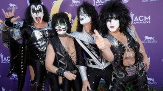 """Kiss - Farewell Tour (2000)  Продажбите на билети за предишното турне на Kiss се бяха оказали разочароващи и Джийн Симънс прояви своя лукав бизнес нюх през апокалиптично звучащата 2000-а година. Прощално турне доста повече мобилизира феновете да посетят концертите, но по-малко от две години след него, бандата безсрамно се завърна отново, макар и с известни промени в състава.    В момента Kiss, ако искате вярвайте, са в разгара на ново финално турне, което ще мине и през София – на 18 юли в """"Арена Армеец"""". Хард рок иконите са обявили, че приключват с концертите през юли 2021 г., но явно това не е толкова сигурно."""