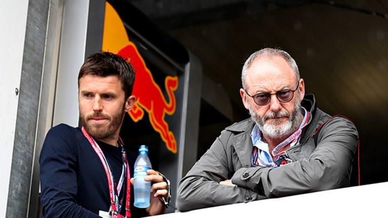 """Лиам Кънингам – колегата на Лиъм – Джон Брадли – сигурно много му завижда, защото Сър Давос е приятел с Майкъл Карик. Но вместо на футбола, Кънингам е фен на Формула 1. """"Събуждам се през нощта, за да гледам състезанията в Япония"""", признава в интервю актьорът. През май 2016-а пък пристигна в Монако в компанията на Карик, за да стане свидетел на поредната победа на Люис Хамилтън."""