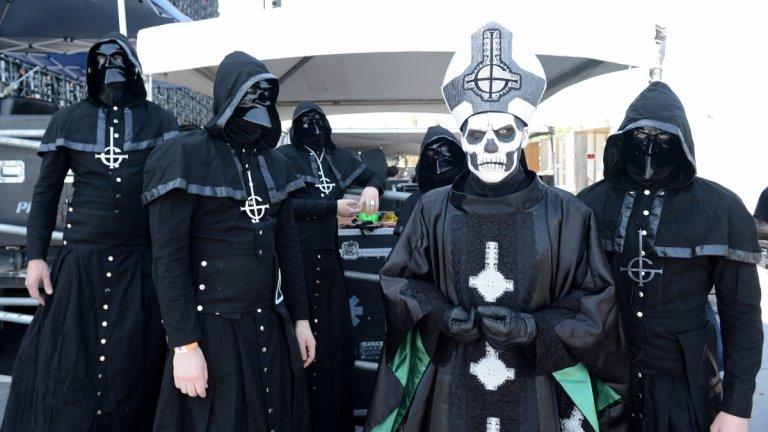 Ghost - Square Hammer  Наскорo ви разказахме подробно за възхода на Ghost, но този път се спираме върху факта, че те също носят маски. В случая на вокалиста Тобиас Форге, по-познат с алтер еготата Папа Емеритус и Кардинал Копия, става дума за малко простетика и много грим. Останалите членове на бандата обаче носят еднакви демонични маски с рога, които скриват лицата им. Музикантите носят подходящото име The Nameless Ghouls (Безименните призраци), което заедно с маските позволява на Форге да ги сменя по-лесно и от медицинска маска и ръкавици...