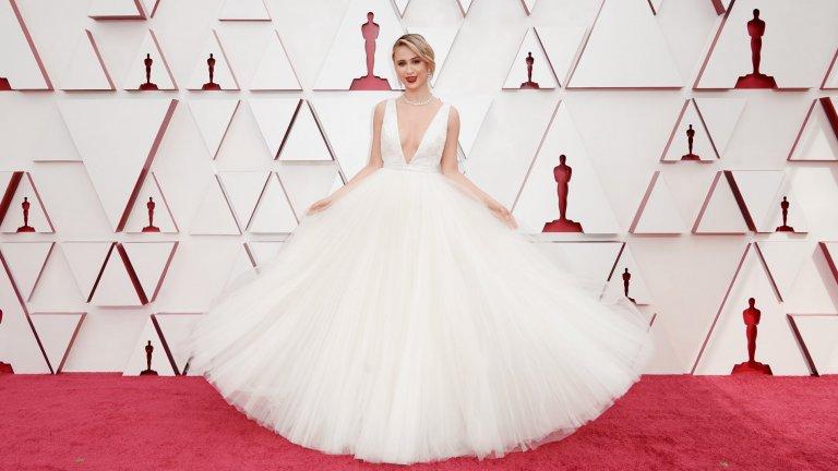 Мария БакаловаБакалова заложи на бяла рокля с марка Louis Vuitton и изборът ѝ е точно в десетката. Бялото в комбинация с класическия грим и червеното червило я направи една от най-стилните дами във вечерта на церемонията.
