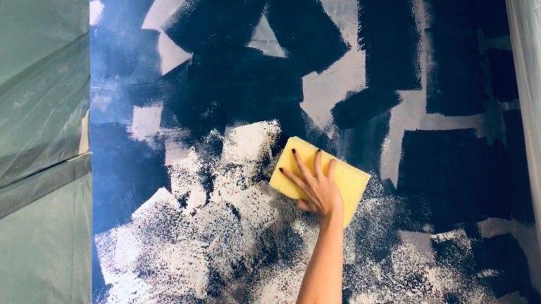 След като е боядисала тавана в синьо, Ирена започва да нанася бял латекс с помощта на гъба. Това е стъпка 3 в текста, където подробно сме проследили еволюцията на тавана.