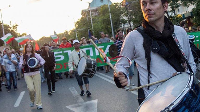 Барабанисти водеха шествието