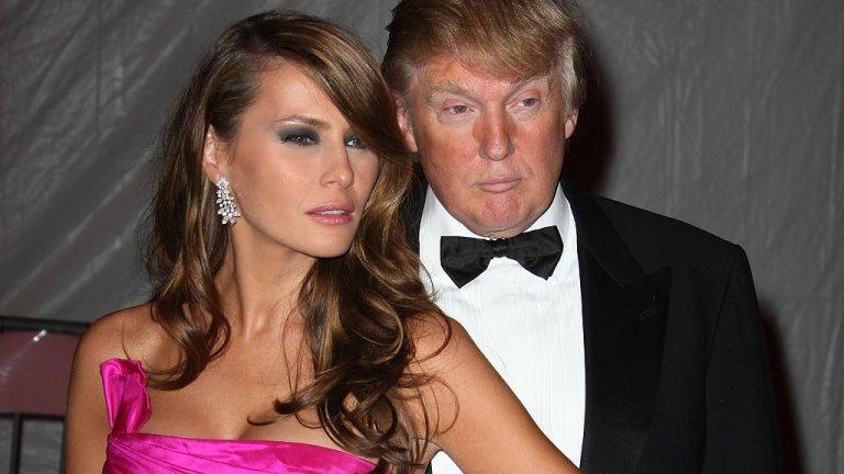 """За нея това е първи брак, от който след година се ражда и първият й син - Барън. Преди това, Тръмп пък има два брака и пет деца. Но ако тя е негова трета съпруга, е единствената, която Тръмп прави първа дама.  Доналд и Мелания Тръмп отново на модно събитие в Музея на изкуството """"Метрополитън"""", през 2008 г."""