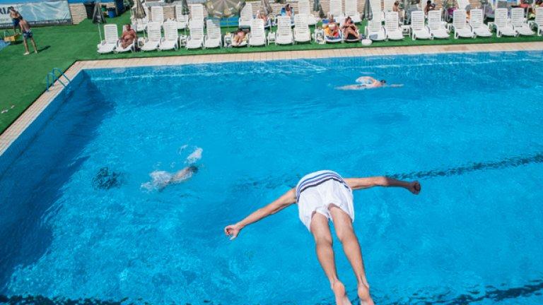 За жалост хора често се давят, дори в басейни, но може би случаят на Джереми Мууди е най-нелепият сред всички подобни. Той бил на парти на басейн в Ню Орлиънс, организирано от спасителите, които празнували година без нито едно удавяне. По ирония на съдбата точно на това парти, пълно със спасители, клетият човек се удавил и дори никой не забелязал, докато не го открили безжизнен...
