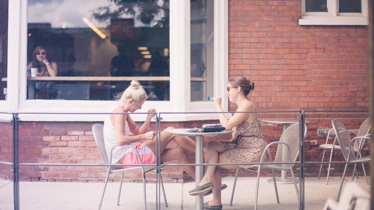 В някои страни хората могат да общуват само с едни и същи четирима души