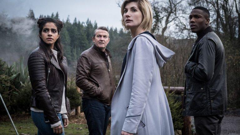 """""""Доктор Кой"""" Това е най-дълго излъчваният научно-фантастичен сериал в историята. Първият му епизод е излъчен по BBC през 1963 година и оттогава историята за Доктора – пътешественик във времето, е обиколила не само различни вселени и епохи, но и телевизорите в целия свят. През 1989 г. шоуто спря заради нисък рейтинг, но през 2005 година се завърна. До този момент Доктора вече е придобил статус на герой, култът към когото расте и се развива с нова сила. Кадърът е от последните серии, в които Джоди Уитакър играе Доктора."""