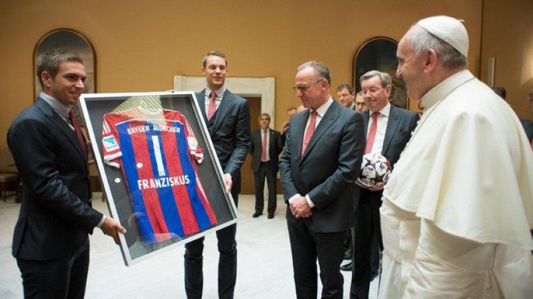 Папа Франциск получи фланелка на Байерн и дарение от 1 милион евро