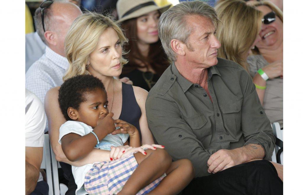 """Чарлийз ТеронПрез 2012 г. актрисата осиновява момченцето Джаксън, но през 2019 г. тя разказва пред Daily Mail, че то се определя като момиче, затова вече използва местоимения, съответстващи на пола му. """"Децата се раждат каквито са, а как ще се открият и какви хора искат да бъдат не е нещо, което да решавам аз"""", разказва тя в интервюто и допълва, че работата ѝ като родител е да ги почита, да ги обича и да им осигурява необходимото, за да могат те да се превърнат в хората, които биха искали да бъдат."""