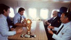 Дино Дзоф, Клаудио Джентиле, треньорът Беардзот и президентът на Италия Алесандро Пертини играят карти в самолета в компанията на току-що спечелената световна титла през 1982 г.