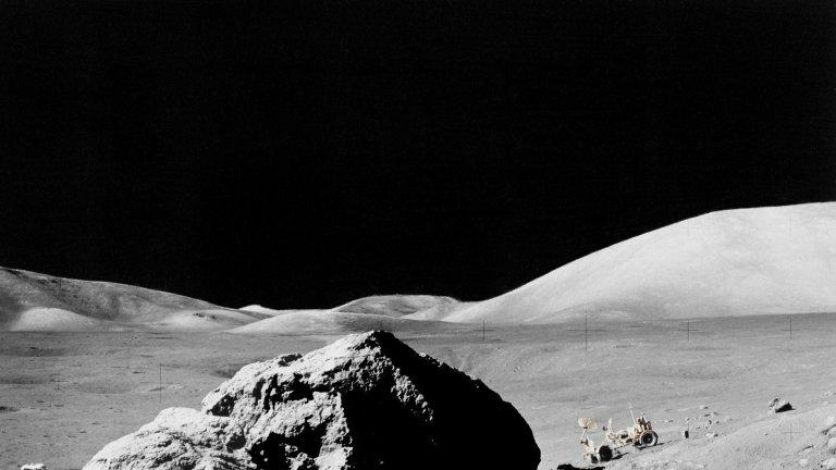 """Китай откри """"странни субстанции"""" на ЛунатаОт Китай също имаха своите сензационни новини – техният роувър Yutu 2 е събрал проби от Луната, в които се откриват """"странни субстанции"""". Веществото е с тъмнозелен цвят и напомня на скалата бреча – скала с груба зърнеста структура, изградена от минерали. Според китайските специалисти материалът може да се е образувал при вулканична дейност и би могъл да е крачка към разгадаването как точно се е образувал нашият естествен спътник."""
