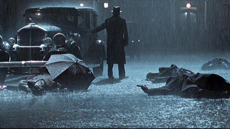 """""""Път към отмъщение"""" След """"Американски прелести"""", който е богато наситен с диалози, Сам Мендес изненада феновете си с учудващо тихия """"Път към отмъщение"""". Филмът е базиран на едноименната графична новела на Макс Алън Колинс и е може би най-естетския филм на Мендес. Кинематографията на носителя на """"Оскар"""" Конрад Хол потапя зрителите в мрачни сенки и дълбочина на картината, която великолепно допълва сюжета. Героите през цялото време са видени през стъкло или вода или са обвити в тъмнина, което е великолепна визуална метафора за случващото се на екрана. Във филма участват Том Ханкс, Пол Нюман и Джъд Лоу, които, движени от мозъка на Мендес, пресъздават драматично връзката баща-син и безнадеждността на съдбата."""
