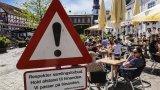 Табела в Олборг, Дания, призовава към спазване на социална дистанция. Но в скандинавските страни това не е правило, което да се спазва едва от март месец тази година.