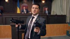 """Владимир Зеленский (на снимката) е актьор, който играе президентът на Украйна в комедийния сериал """"Слуга на народа"""". Сега е на крачка от това наистина да стане президент на Украйна, но кой ще се смее последен?"""