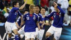 Играчите на Япония поздравяват голмайстора Кейсуке Хонда
