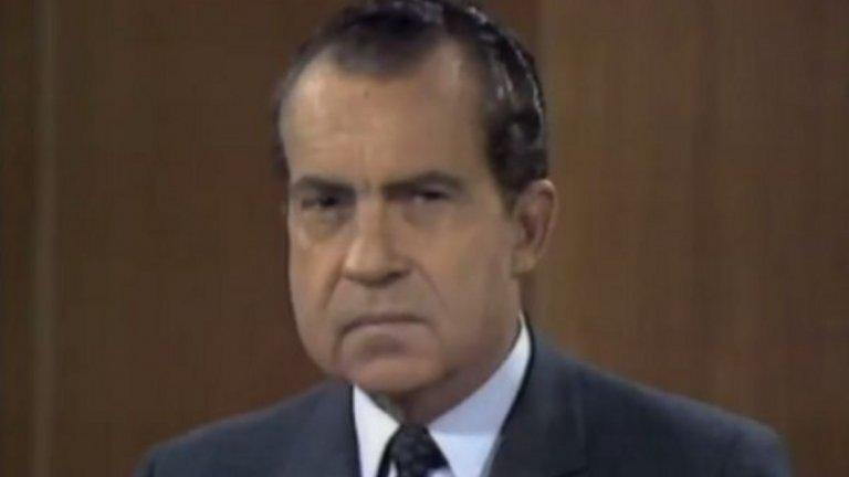 Rowan & Martin`s Laugh-In, 1968 Втори сезон на шоуто на Дан Роуан и Дик Мартин включва неочакван гост - кандидатът за президент на Републиканците Ричард Никсън. И друг път американски политици са правили поява в шеговити предавания на малкия екран, но никой не е поемал този толкова голям риск. Предаването е еквивалентът на Saturday Night Live днес, а готовността на Никсън да се представи в хумористична светлина му печели симпатии и дори изборите. Това бележи и началото на една ера, в която кандидат-президентите нямат против да се показват на екрана и да демонстрират, че могат да се надсмеят над себе си.