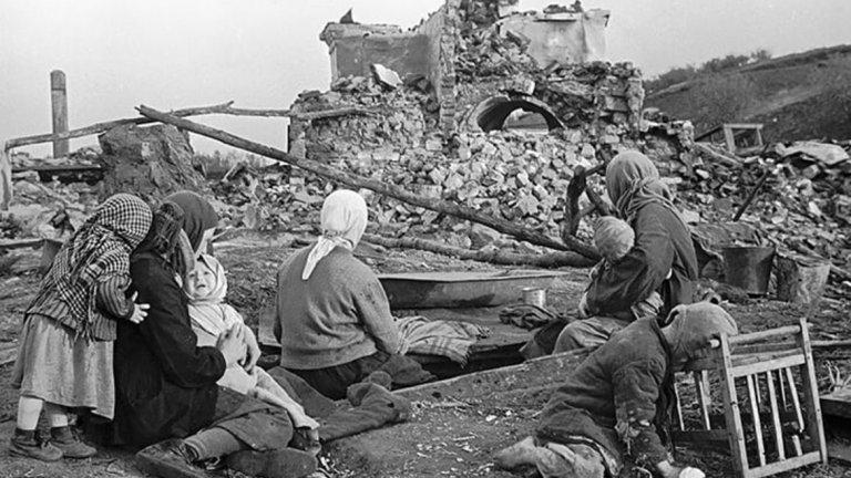 Първото нещо, което правят, е да изпратят всички евреи в гетото, заедно с Тамара Ефимовна и сина й. Децата и възрастните са били разделени. Почти всички еврейски затворници са били разстреляни, включително и седемгодишният Владимир Родионович Кличко.