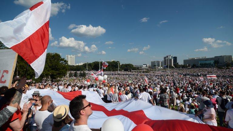 Защо протестите в Беларус развяват бяло-червено-бяло знаме