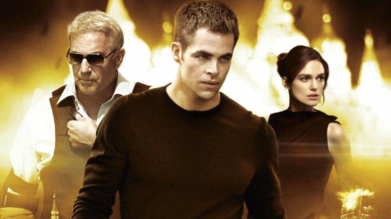 """Джак Райън в """"Джак Райън: Теория на хаоса"""" (2014 г.)  Ех, този Джак Райън... Персонажът от книгите на Том Кланси е сред най-обичаните в Холивуд. Играли са го Алек Болдуин, Харисън Форд и Бен Афлек, а Пайн също се нареди в списъка с """"Теория на хаоса"""" (Jack Ryan: Shadow Recruit). Райън, агент на ЦРУ, е изпратен в Москва, за да разследва съмнителното изчезване на милиарди долари и възможната връзка на това с терористи."""
