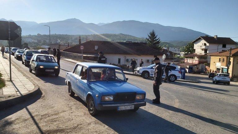 Градът е под полицейска блокада, на всички входно-изходни артерии са разположени екипи на Жандармерията.