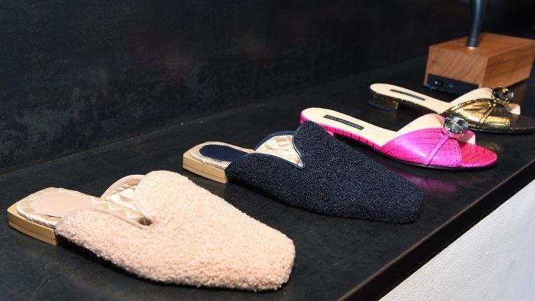 Луксозни пантофи  Вероятно заради периода на карантина дизайнерите все по-често правят опити да осъвременят домашните дрехи, представяйки ги в по-луксозна визия, която може да носим и извън къщи. В това число попадат и домашните пантофи, които в тенденциите за есен 2021 придобиват елегантен и луксозен вид, така че да ги носим и на работа.