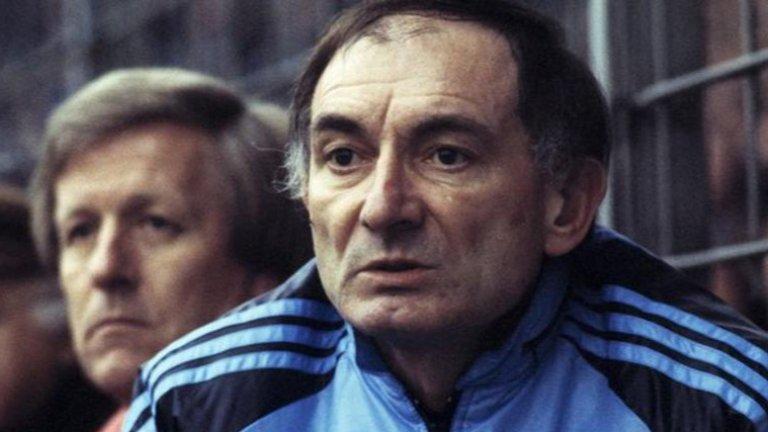 Неговата история е трагична, защото той притежава потенциала да бъде един от най-великите футболни треньори. Зависимостта обаче го възпира
