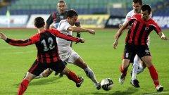 Локомотив (София) е в най-добра изходна позиция от кандидатите за четвъртото място, даващо право на участие в Лига Европа, но пътят към него минава през победа над столичния съперник Славия