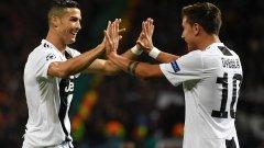 Роналдо и Дибала се поздравяват, след като изработиха гола във вратата на Юнайтед