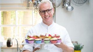 """С него приготвянето на най-сложната торта изглежда като детска игра, а това доказва и новото му предаване """"Пекарната на Рудолф: Малките пекари""""."""