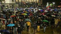 Под проливен дъжд граждани се събраха на Пето Велико народно въстание.