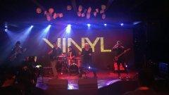 """Премиерната прожекция на """"Винил"""" в Sofia Live Club беше стабилно подгрята от невероятните JEREMY? и от легендарният Стенли. JEREMY? изпълниха подготвена от тях адаптация на песента """"No Good"""" на Kaleo - част от музикалната тема на сериала"""