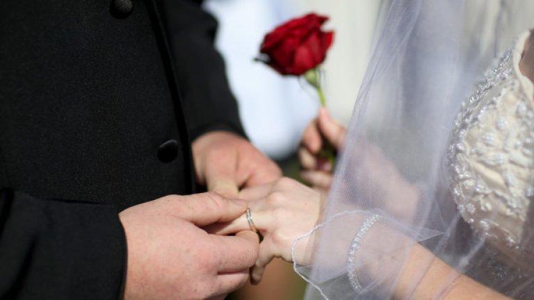 По-вероятно е жена да запази името си от преди брака, ако има високи доходи и живее в града.