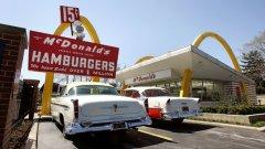 """Историята на """"Макдоналдс"""" е история на предателство.  Снимка: На 15 април 2015-а година беше отбелязана 50-годишнината от основаването на първия """"Макдоналдс"""" в Илинойс. Всъщност датата е измислена от Рей Крок - който не е истинският създател на марката"""