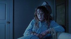 """""""Заклинателят"""" (The Exorcist, 1973)  Филм, чийто сюжет е толкова зловещ и стряскащ, колкото са били и обстоятелствата на снимачната площадка преди над 40 години. По време на снимките на лентата е имало смъртен случай, както и необясним пожар, унищожил напълно един от декорите. Затова не е чудно, че създателите му са суперчувствителни по темата за странните необясними неща, които им се случват..."""