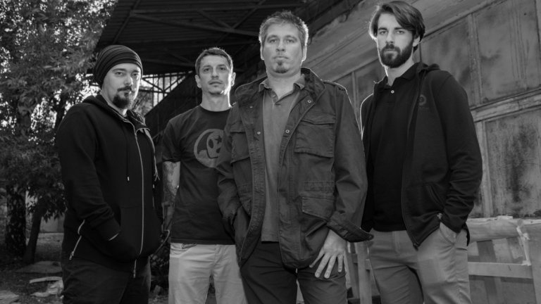 """Създадената през пролетта на 2003 г. банда продължава да е водена от вокалиста и китарист Боби Косатката, а след известни промени днес останалите трима от състава са Мартин Евстатиев (бас), Деян Петков (китара) и Иво """"Пифа"""" Петров (барабани)."""